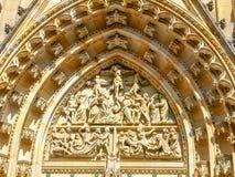 Cima del portale principale della st Vitus Cathedral, Praga Fotografie Stock
