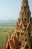 Cima del tempio di Buddha con il fondo del giacimento del riso Immagine Stock