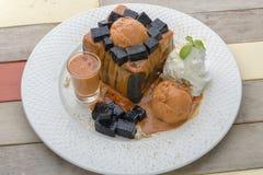 Cima del tost del carbone con la gelatina dell'erba Fotografia Stock