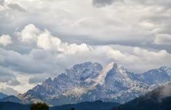 Cima dell'alta montagna in nuvole Fotografie Stock Libere da Diritti