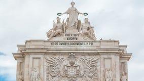 Cima dell'arco trionfale a Rua Augusta al timelapse quadrato di commercio a Lisbona, Portogallo video d archivio