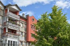 Cima dell'edificio residenziale, del cielo blu e dell'albero Fotografia Stock
