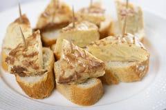 Cima dell'omelette con pane sul piatto bianco Alimento spagnolo tipico immagine stock libera da diritti