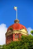 Cima della bandiera della chiesa che ondeggia nel vento Immagine Stock