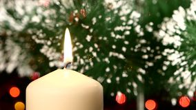 Cima della candela bianca con le decorazioni di natale e video d archivio