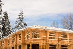 Cima della casa a schiera complessa in costruzione su orario invernale fotografie stock