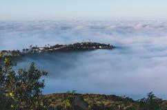 Cima della collina nebbiosa del mondo Fotografia Stock
