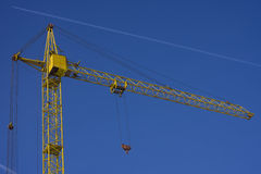 Cima della gru a torre contro il fondo del cielo blu Fotografia Stock Libera da Diritti