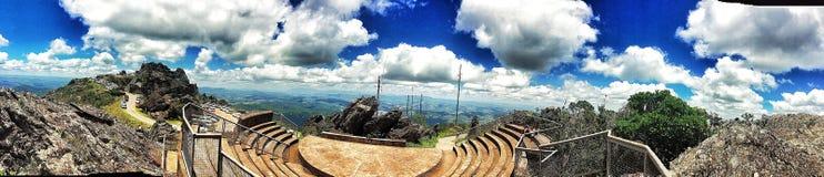 Cima della montagna con alcune nuvole immagine stock libera da diritti