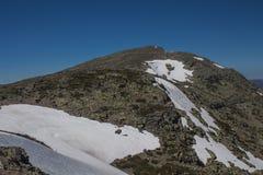 Cima della montagna con campo di neve Fotografia Stock Libera da Diritti