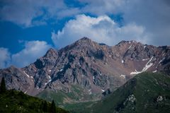 Cima della montagna con cielo blu e le nuvole Fotografia Stock Libera da Diritti