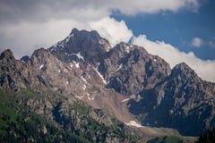 Cima della montagna con cielo blu e le nuvole Immagini Stock