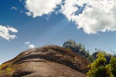 Cima della montagna con il cielo soleggiato blu Immagine Stock Libera da Diritti