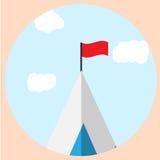 Cima della montagna con l'icona di scopo della bandiera Fotografia Stock Libera da Diritti