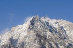 Cima della montagna con neve nell'orario invernale con l'incrocio di Caraiman dentro Immagini Stock Libere da Diritti