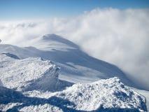 Cima della montagna in neve Immagini Stock