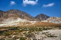 Cima della montagna rocciosa sull'isola fotografia stock