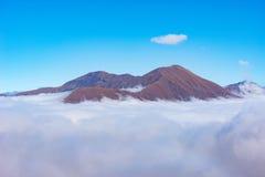 Cima della montagna sopra le nuvole Immagini Stock