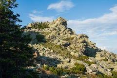 Cima della roccia sotto il cielo blu Fotografia Stock Libera da Diritti