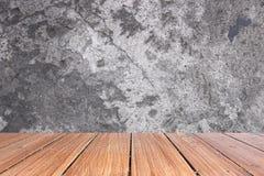 Cima della tavola di legno sul vecchio fondo del muro di cemento Fotografie Stock