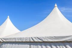 Cima della tenda di tela bianca con il chiaro fondo del cielo blu Fotografia Stock