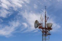 Cima della torre di telecomunicazioni del ripetitore del cielo fotografia stock libera da diritti