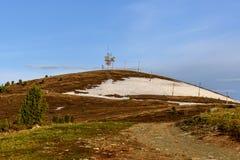 Cima della torre di telecomunicazioni del ripetitore delle montagne fotografia stock libera da diritti