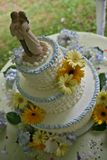 Cima della torta nunziale e del dancing delle coppie Immagine Stock Libera da Diritti