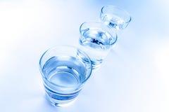 Cima della vista dei vetri della bevanda con il concetto dell'acqua, di nutrizione e di sanità Fotografie Stock Libere da Diritti