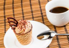 Cima della vista di piccolo dolce di caffè delizioso con cioccolato vicino ad una tazza di caffè Immagine Stock