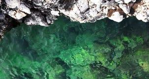 Cima della vista di verde caraibico tropicale della spiaggia e del mare blu con la sabbia dell'oro e le rocce, festa, movimento l stock footage