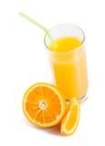 Cima della vista di vetro pieno di succo d'arancia con paglia vicino ad a metà arancio immagine stock libera da diritti