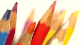 Cima delle matite differenti di colore isolate su bianco stock footage