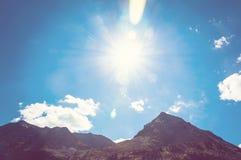 Cima delle montagne in cielo blu Immagine Stock
