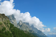 Cima delle montagne e delle nuvole Immagini Stock Libere da Diritti
