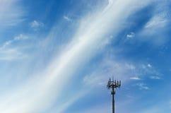Cima di piccola torre radiofonica sul fondo del cielo Fotografia Stock Libera da Diritti