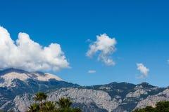 Cima di un'alta montagna nel primo piano della nuvola Fotografia Stock