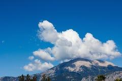 Cima di un'alta montagna nel primo piano della nuvola Fotografia Stock Libera da Diritti