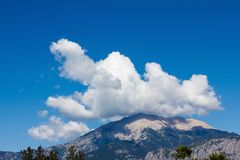 Cima di un'alta montagna nel primo piano della nuvola Fotografie Stock Libere da Diritti
