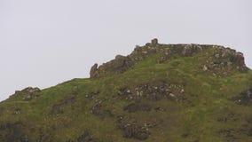 Cima di una collina rocciosa e verde in Irlanda stock footage