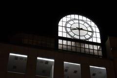 Cima di una costruzione moderna con l'orologio della luce bianca Fotografia Stock Libera da Diritti