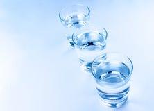 Cima di una vista di tre vetri della bevanda con il concetto dell'acqua, di nutrizione e di sanità Fotografia Stock Libera da Diritti