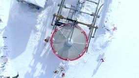 Cima di vista dell'occhio del ` s dell'uccello dell'antenna dell'ascensore di sci archivi video