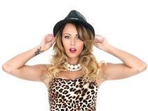 Cima e cappello d'uso della stampa del leopardo della donna Immagine Stock Libera da Diritti