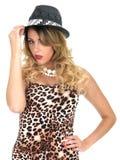 Cima e cappello d'uso della stampa del leopardo della donna fotografie stock