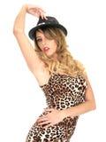 Cima e cappello d'uso della stampa del leopardo della donna Immagini Stock Libere da Diritti