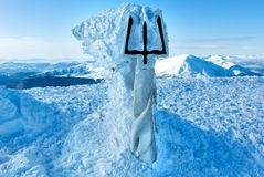 Cima e monumento del supporto di Goverla di inverno ad ucranino Tryzub. fotografia stock