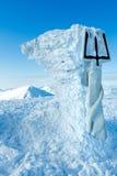 Cima e monumento del supporto di Goverla di inverno ad ucranino Tryzub. fotografia stock libera da diritti