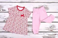 Cima e pantaloni del cotone della neonata Fotografia Stock Libera da Diritti
