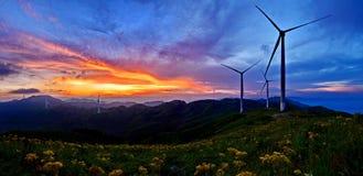 Cima e tramonto della montagna immagine stock libera da diritti